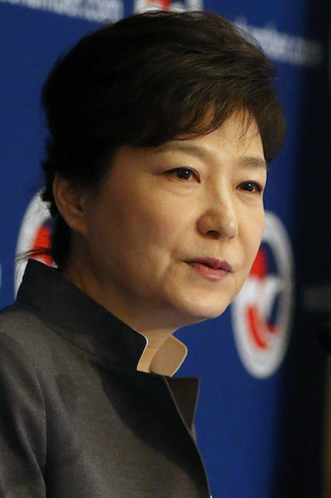 Attending Roundtable Luncheon Hosted by U.S. Chamber of Commerce  President Park Geun-hye delivers an address at a luncheon hosted by U.S. Chamber of Commerce, the Federation of Korean Industries, and the Korea-U.S. Business Council at the Willard Hotel on May 8, in Washington D.C.  2013.05.08.(U.S. Estern Time)  Cheong Wa Dae  --------------------------------------  미국 상공회의소 주최 라운드테이블 및 오찬  박근혜 대통령이 8일(현지시간) 워싱턴 D.C. 윌러드 인터컨티넨털 호텔에서 열린 미국 상공회의소 주최 오찬에서 연설을 하고 있다.  청와대